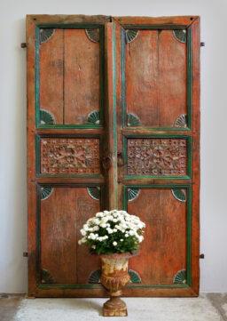2flügelige antike indische Tür / Schranktür, handbeschnitzt und bemalt (zinnober)