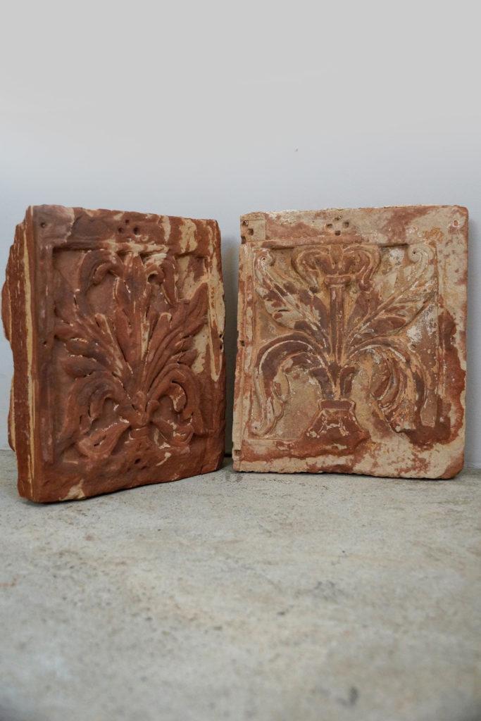 Paar dekorative Fassadenzierelemente / Sandsteinornamente, roter Standstein um 1900