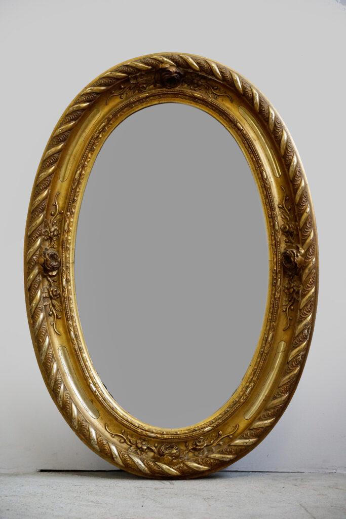 Prächtiger ovaler Barock-Spiegel mit Rosendekor