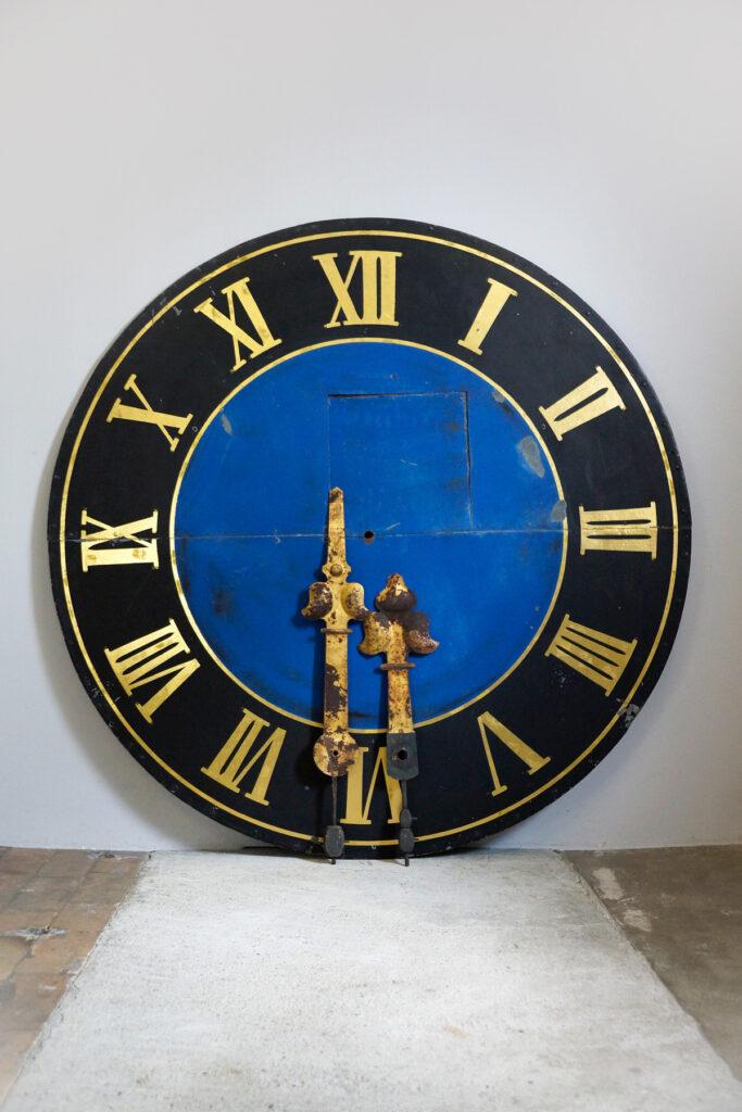 Großes handbemaltes Turmuhr-Ziffernblatt mit blattvergoldeten Zeigern, Ø 160cm