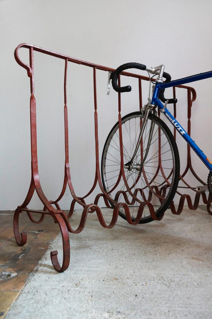 Großer schmiedeeiserner Fahrradständer um 1890